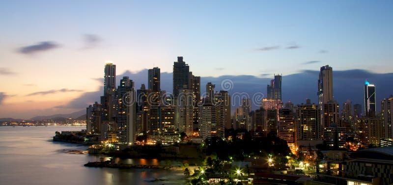 Panama City Panama på natten royaltyfria bilder