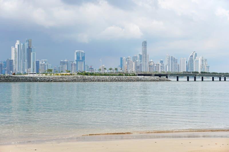 Panama City skyskrapahorisont som beskådas från stranden arkivbild