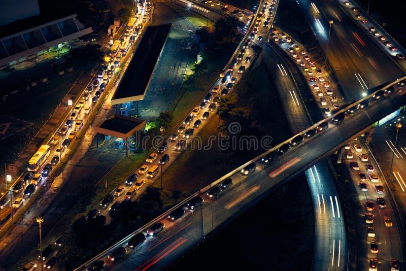 Panama City trafikbilar på huvudvägen och gator på natten royaltyfri bild