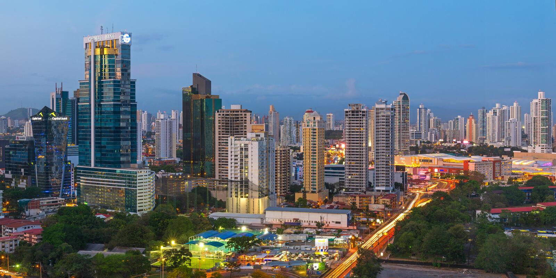 Panama City under den blåa timmen arkivbilder