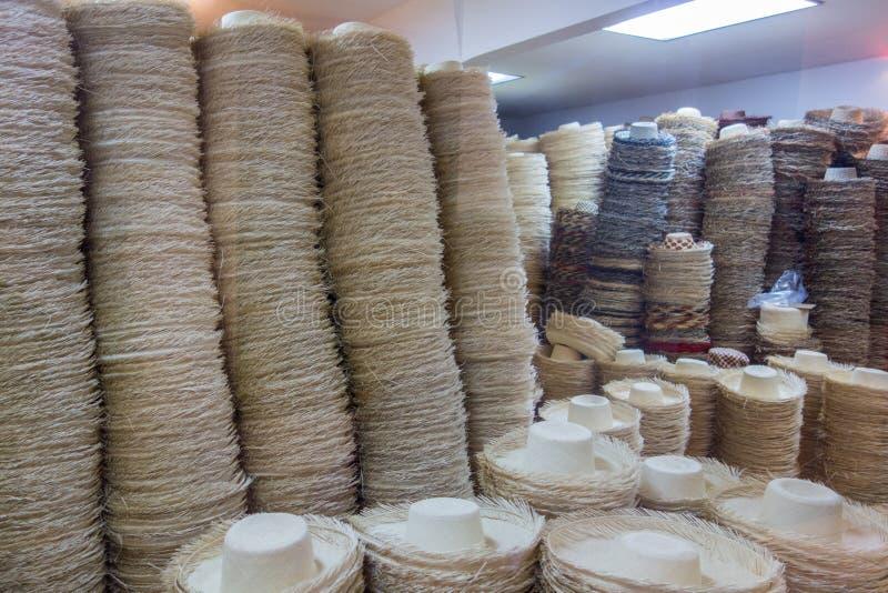 Panama-Hüte, die auf letzte Schliffe warten stockbilder