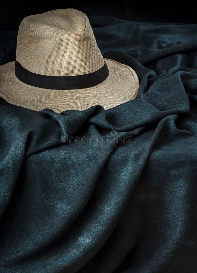 Panama-Hut über dunklem Stoff lizenzfreies stockfoto