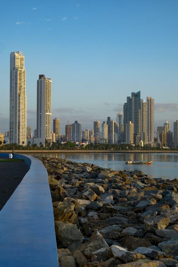 Panamski miasta linia horyzontu, łodzie rybackie, Panamski miasto obrazy royalty free