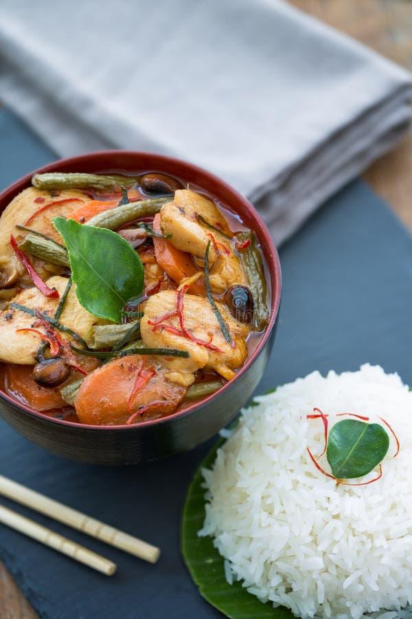 Panang-Hühnercurry mit gedämpftem Reis lizenzfreies stockbild