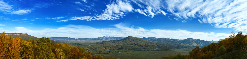 Panarama της κοιλάδας βουνών στοκ φωτογραφίες