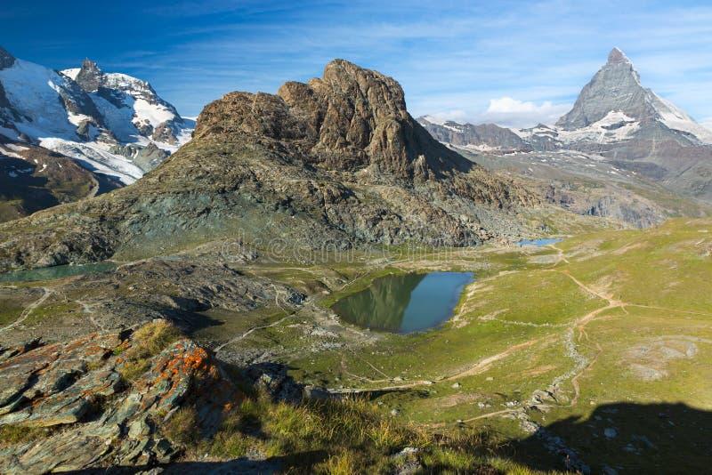 Panaroma в швейцарце Альпах с Rifelsee и Маттерхорном, Швейцарией стоковая фотография rf