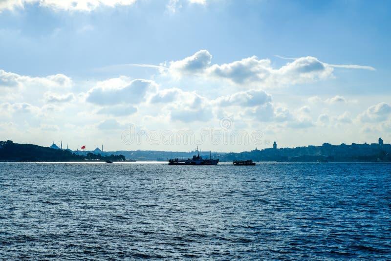 Panaromic sikt av den Istanbul staden och ångbåtar arkivbild