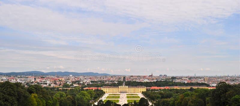 Panaromic sikt av den Schonbrunn slotten Wien Österrike arkivbild