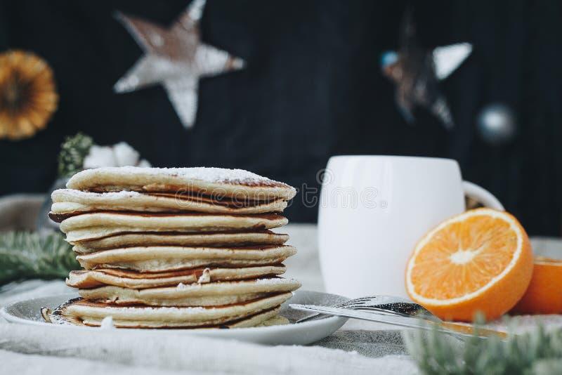 Pancake americani per la prima colazione con una tazza di caffè immagine stock
