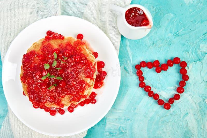 Pancake americano con inceppamento - bacca, viburno, mirtillo rosso fotografia stock libera da diritti