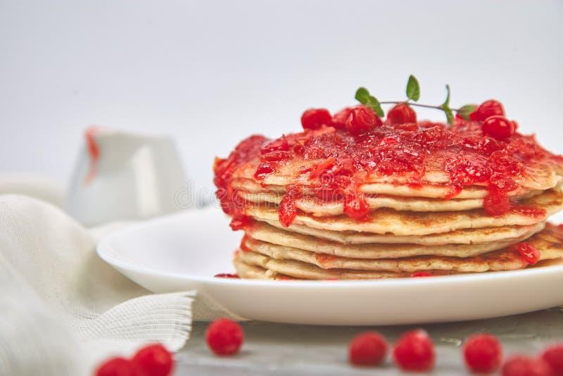Pancake americano con inceppamento - bacca, viburno, mirtillo rosso immagini stock
