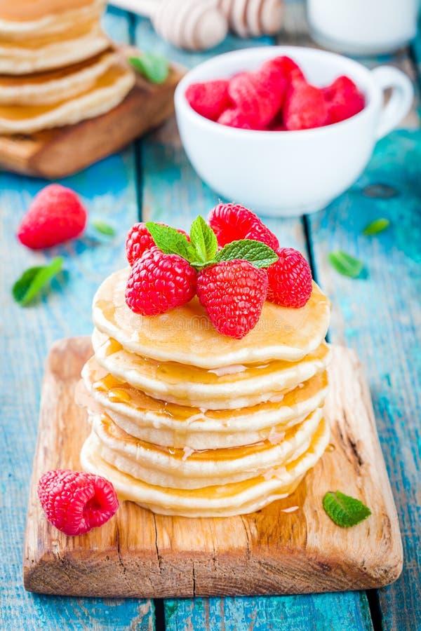 Pancake casalinghi con miele ed il lampone immagine stock libera da diritti