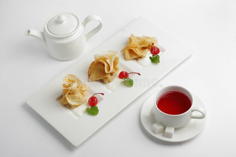 Pancake con i cherrys sulla zolla fotografia stock libera da diritti