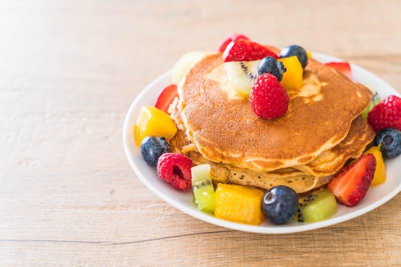 pancake con i frutti della miscela fotografia stock libera da diritti