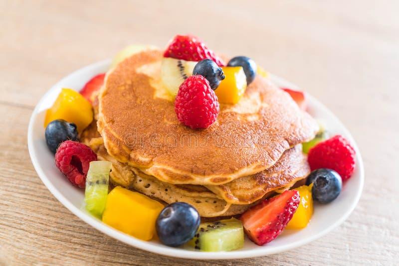 pancake con i frutti della miscela fotografie stock libere da diritti