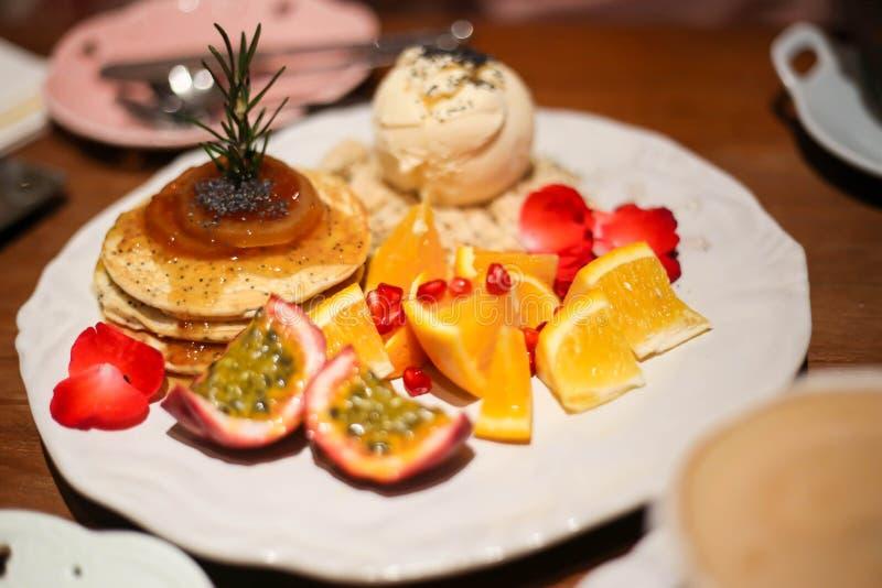 pancake con i frutti della miscela immagini stock libere da diritti
