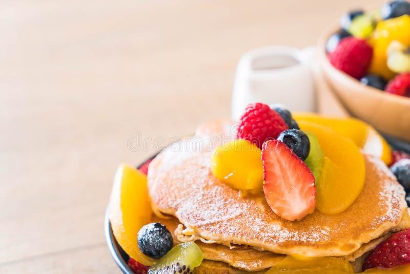 pancake con i frutti della miscela fotografia stock