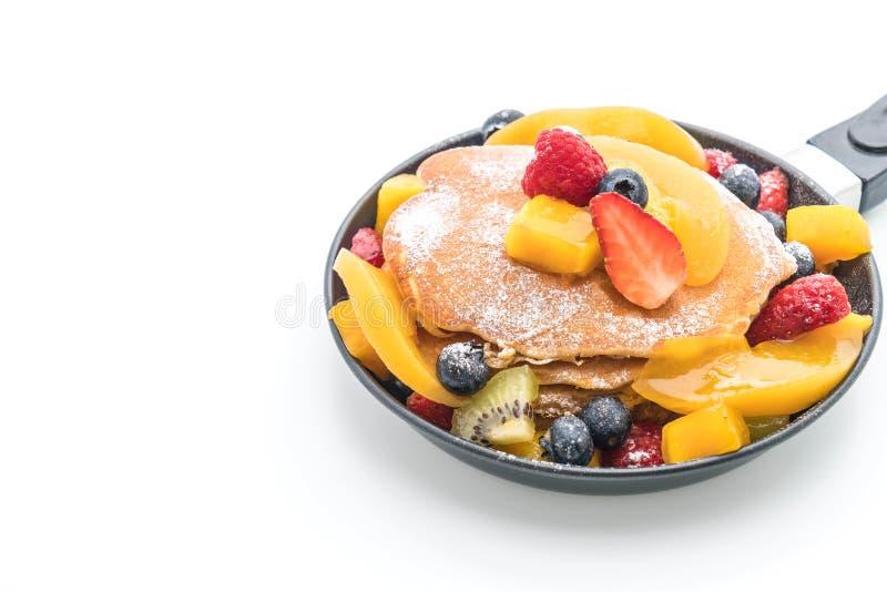 pancake con i frutti della miscela (fragola, mirtilli, lamponi, mango, kiwi fotografia stock libera da diritti