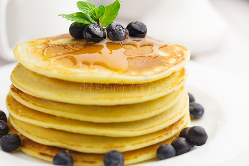 Download Pancake con i mirtilli immagine stock. Immagine di impilato - 117981279