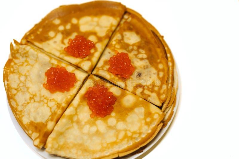 Pancake con il caviale rosso su un fondo bianco isolato fotografie stock libere da diritti