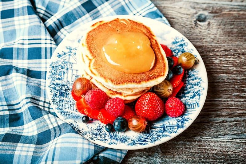 Pancake con le bacche fresche di estate fotografia stock