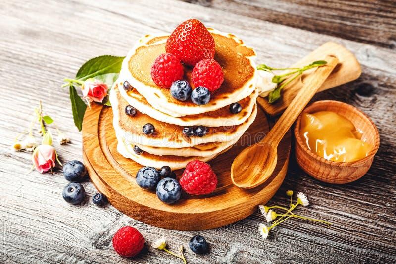 Pancake con le bacche fresche di estate fotografie stock libere da diritti
