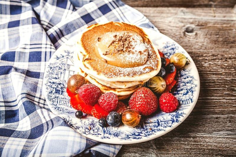 Pancake con le bacche fresche di estate immagine stock