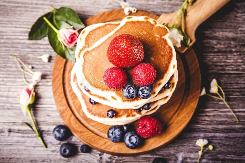 Pancake con le bacche fresche di estate fotografia stock libera da diritti