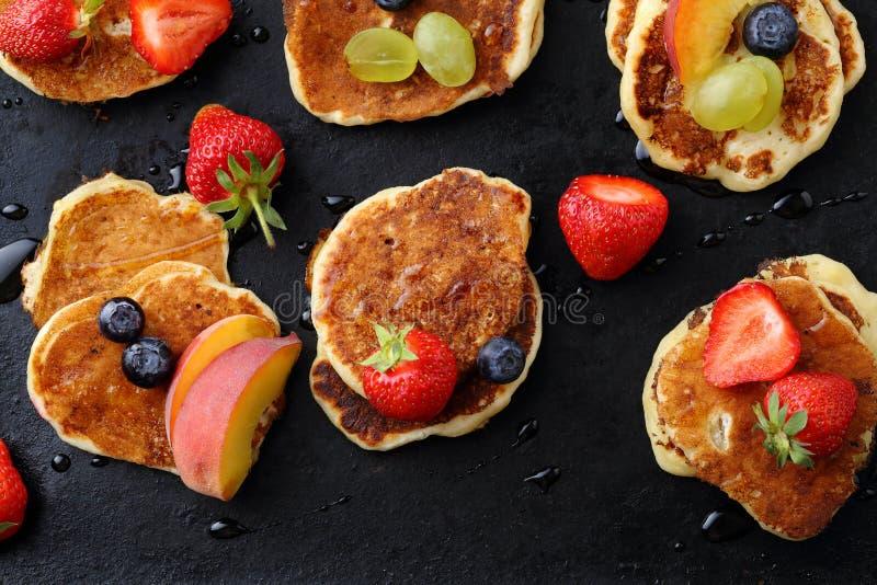 Pancake con le bacche fresche di estate immagine stock libera da diritti