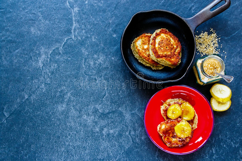 Pancake con le banane caramellate fotografia stock libera da diritti