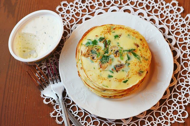 Pancake con le erbe ed i funghi fotografie stock