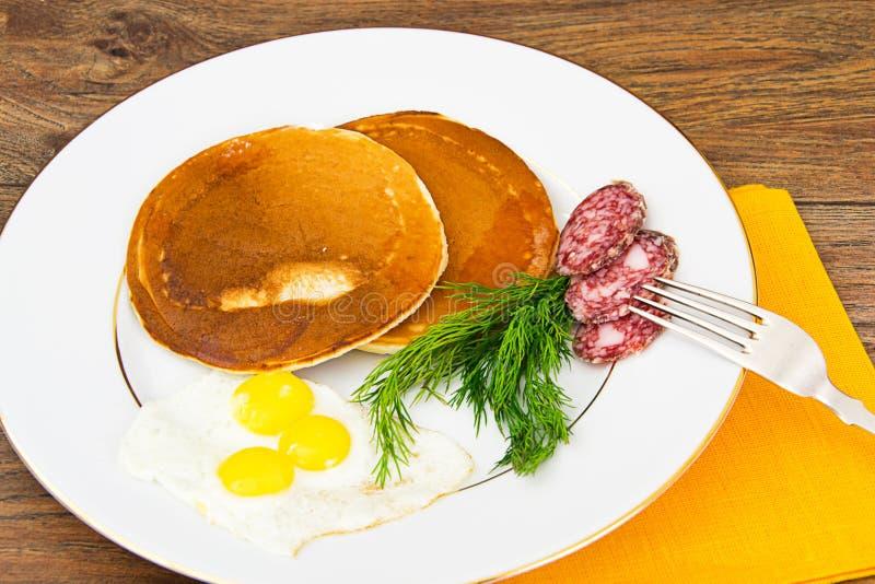 Pancake con le uova di quaglia, carni fredde, cucchiaio della pasticceria immagine stock libera da diritti