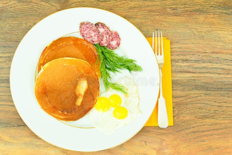 Pancake con le uova di quaglia, carni fredde, cucchiaio della pasticceria immagine stock
