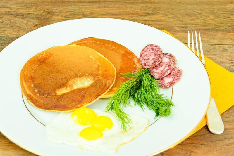 Pancake con le uova di quaglia, carni fredde, cucchiaio della pasticceria fotografie stock