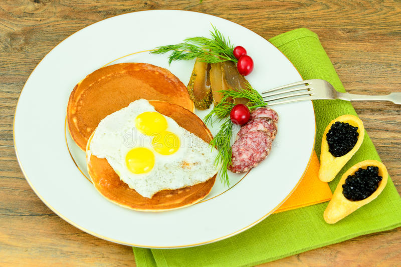 Pancake con le uova di quaglia, carni fredde, cucchiaio della pasticceria immagini stock