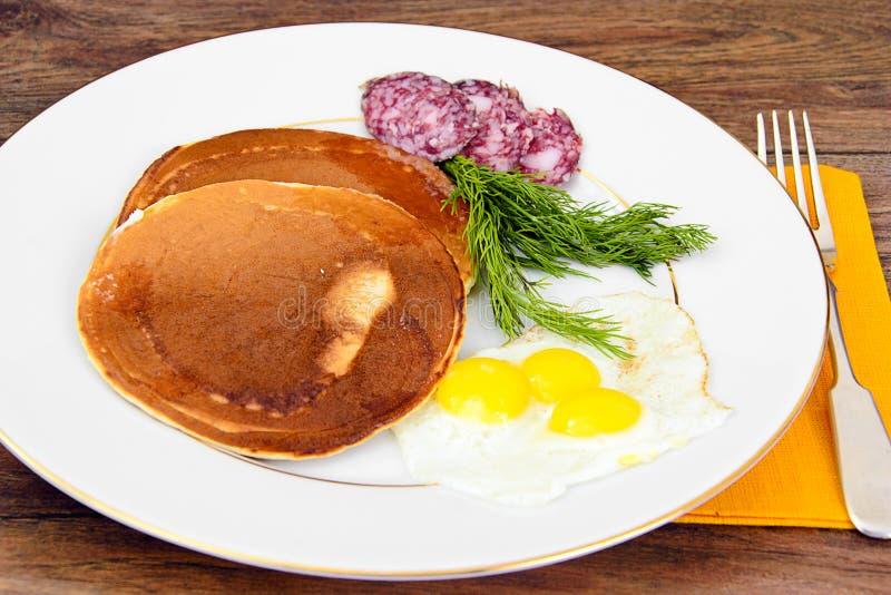 Pancake con le uova di quaglia, carni fredde, cucchiaio della pasticceria con il Ca nero fotografia stock libera da diritti
