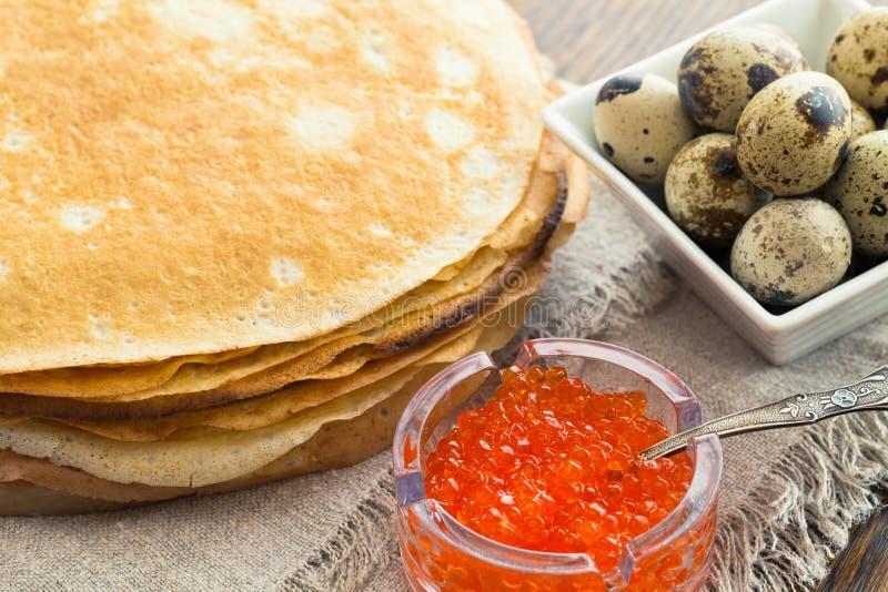 Pancake con le uova di quaglie e del caviale fotografie stock