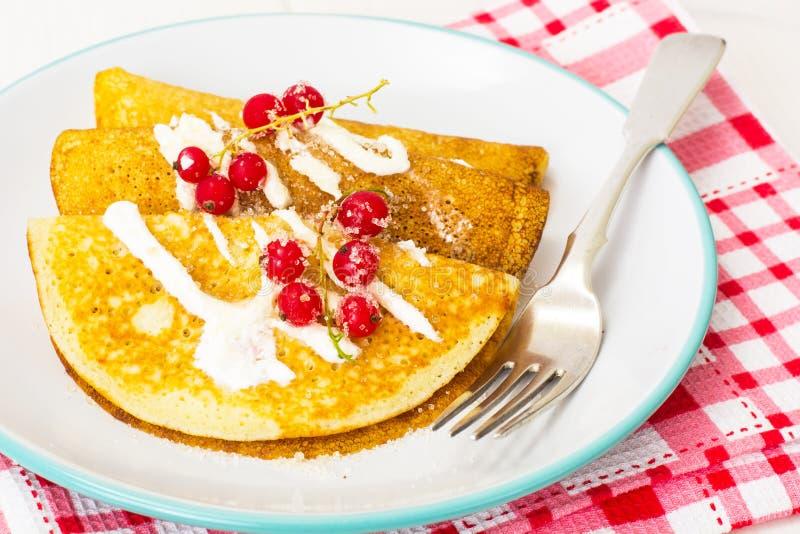 Pancake con yogurt, il ribes e lo zucchero immagini stock libere da diritti