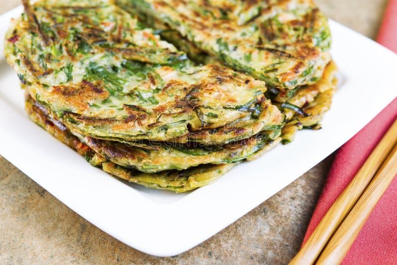 Pancake coreani impilati della cipolla verde pronti da mangiare fotografia stock libera da diritti