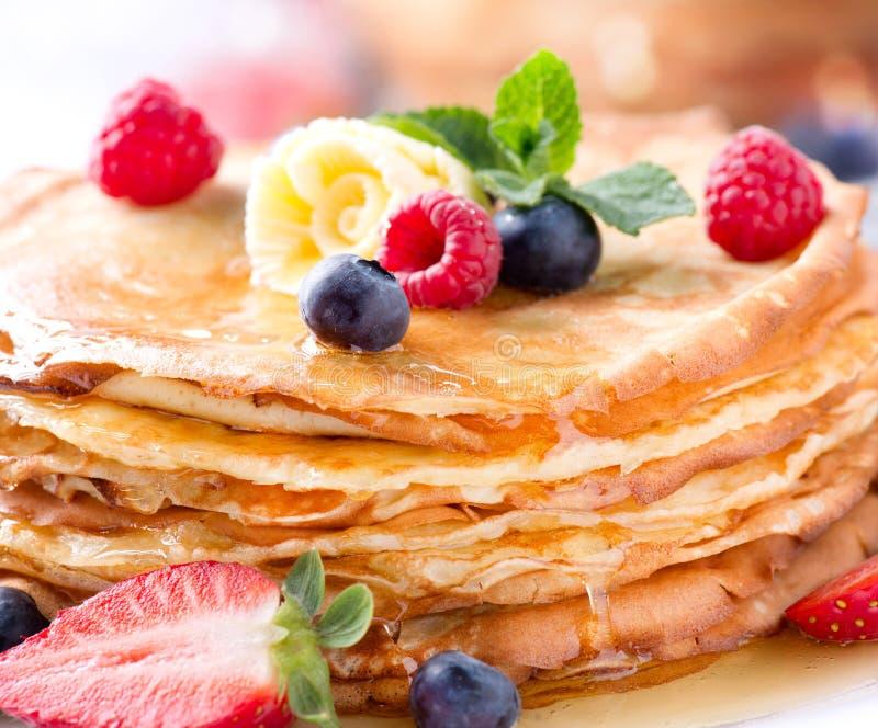 Pancake. Crepes con le bacche immagini stock libere da diritti