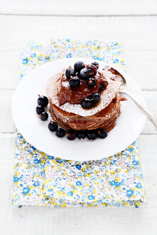 Pancake del cioccolato con le bacche di estate fotografie stock