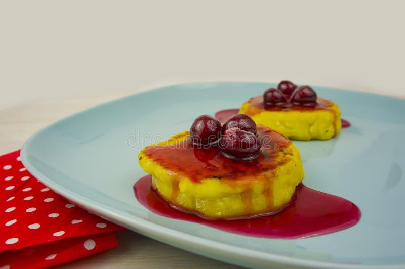 Pancake del formaggio con inceppamento sulla tavola immagini stock libere da diritti
