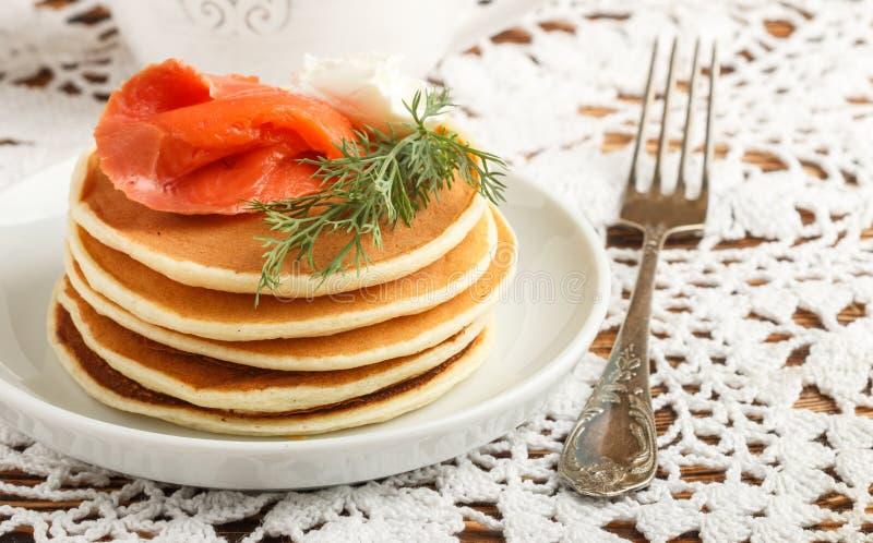 Pancake del formaggio e della patata con il formaggio cremoso salato e l'aneto del pesce rosso Prima colazione fotografie stock