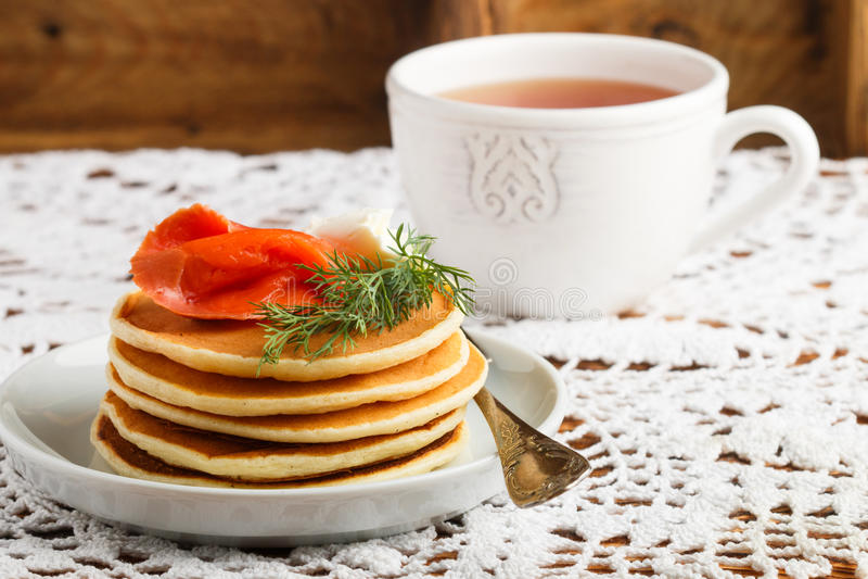 Pancake del formaggio e della patata con il formaggio cremoso salato e l'aneto del pesce rosso Prima colazione fotografia stock libera da diritti