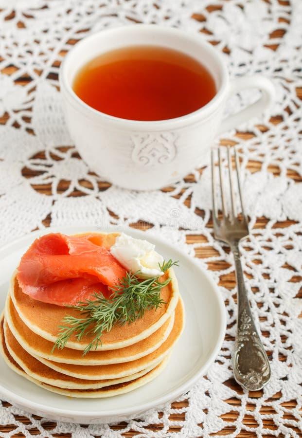 Pancake del formaggio e della patata con il formaggio cremoso salato e l'aneto del pesce rosso Prima colazione fotografia stock