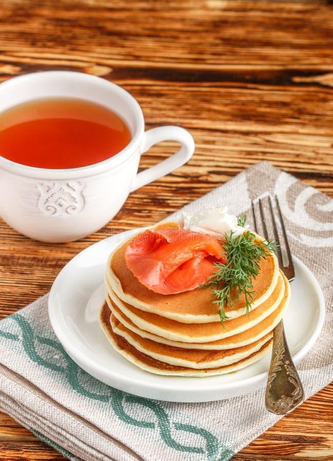 Pancake del formaggio e della patata con il formaggio cremoso salato e l'aneto del pesce rosso Prima colazione immagine stock libera da diritti