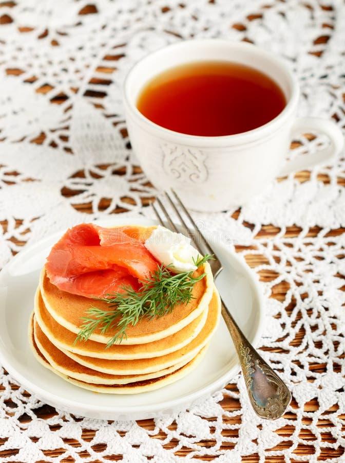 Pancake del formaggio e della patata con il formaggio cremoso salato e l'aneto del pesce rosso Prima colazione immagini stock libere da diritti