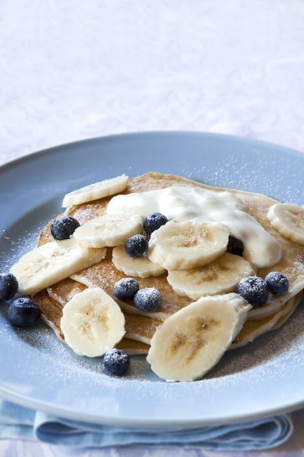 Pancake del mirtillo e della banana immagine stock