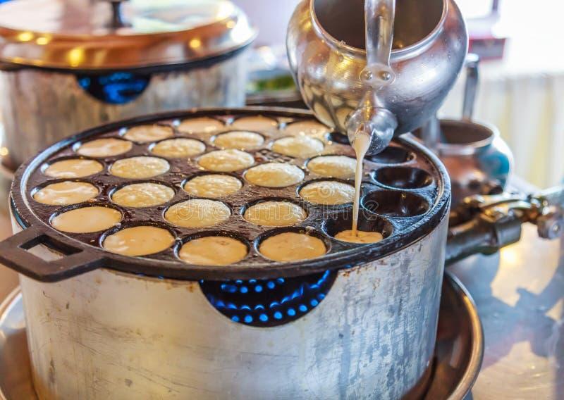 Pancake del riso della noce di cocco di Khanom Khrok, dessert tailandese tradizionale del pancake del budino, pronto mescolando l immagini stock libere da diritti