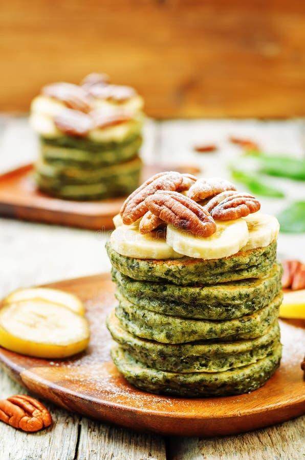 Pancake della banana degli spinaci con i pecan fotografia stock libera da diritti
